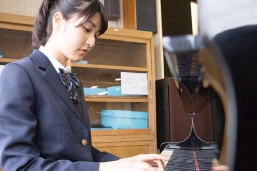 高校生がピアノを弾いている写真
