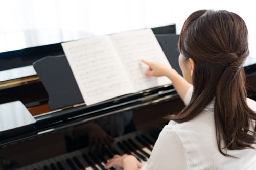 大人がピアノを弾いている写真