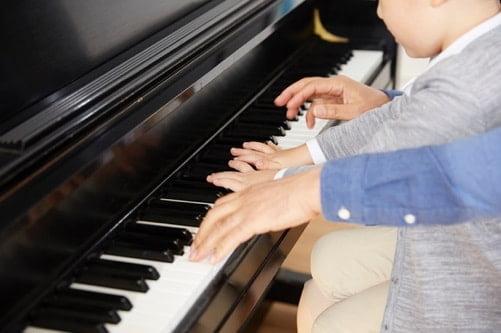 子供がピアノを弾いている写真 幼児