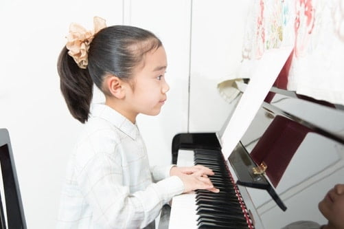 子供がピアノを弾いている写真 小学生